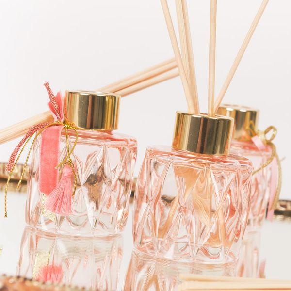Μπομπονιέρα Αρωματικό χώρου σε ροζ απαλό σκαλιστό γυάλινο μπουκαλάκι 50ml Soap Tales